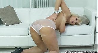 Euro gilf Roxana fingers her neatly shaven cunt