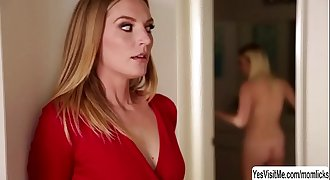 Teen Cadence Lux fingers her stepmom Mona Wales after she licks her pussy